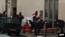 Policia dhe zjarrfikësit e mbledhur në zyrat e javores satirike Charlie Hebdo në Paris