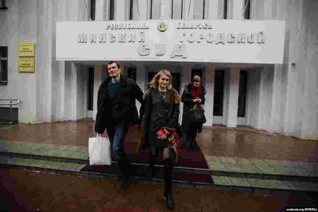 Юры Паўлавец (зьлева) выходзіць з суду