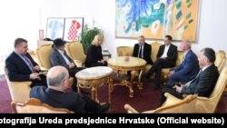 Kolinda Grabar Kitarović u rzagovoru sa Franjom Habulinom, Veljkom Kajtazijem, Miloradom Pupovcem i Ogjenom Krausom