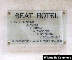 """Parisdə keçmiş """"Beat"""" mehmanxanası (1980-ci ildən """"Relais Hôtel Vieux Paris""""). Küçədəki lövhəyə məşhur bitçilərin adı vurulub. Berrouz """"Çılpaq qəlyanaltı"""" əsərini 1959-cu ildə burda bitirib."""