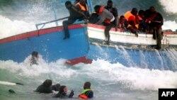 نجات سرنشینان یک قایق از مهاجران در نزدیکی سواحل ایتالیا
