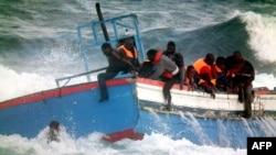 Рыбацкая шхуна с 250 беженцами из Ливии разбилась о скалы у берегов Италии, две женщины погибли