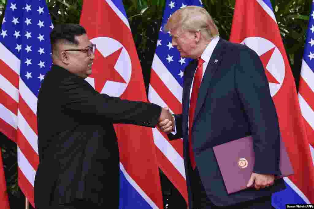 Рукопожатие во время церемонии подписания Декларации.