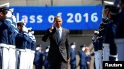Barak Obama sa diplomcima vojne vazduhoplovne akademije u Koloradu, juni 2016.