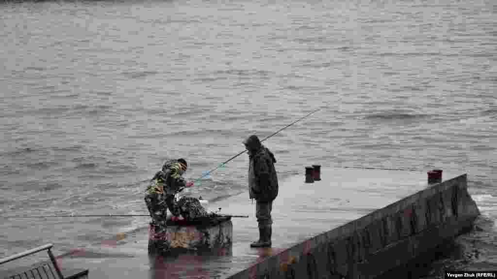 Рибалки на пірсі