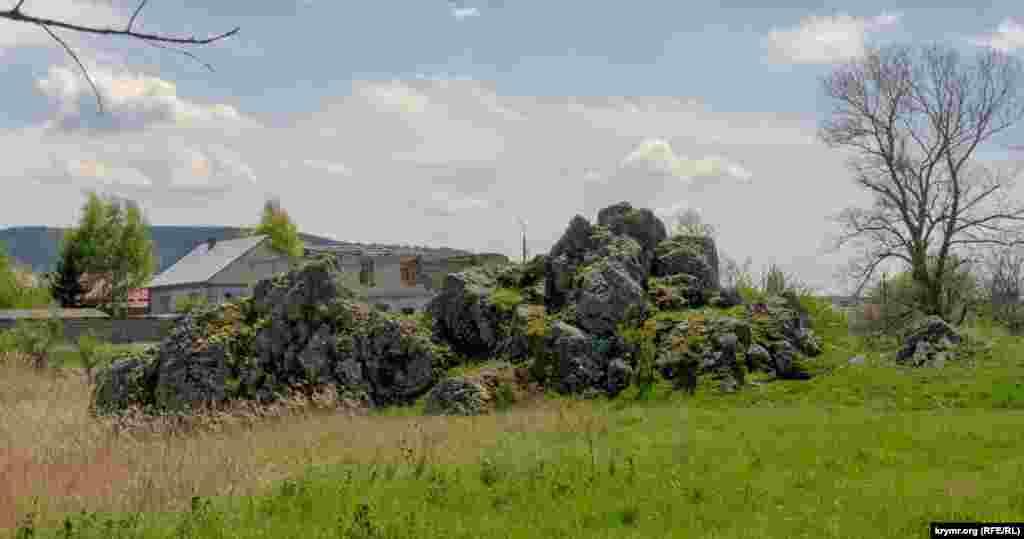 Отроги горы Мурун-Кыр на краю речной долины