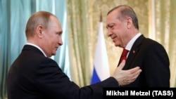 Ресей президенті Владимир Путин (сол жақта) мен Түркия президенті Режеп Ердоған. Мәскеу, 10 наруыз 2017 жыл.