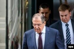 Министр иностранных дел России Сергей Лавров выходит из отеля в Лозанне, где проходят переговоры. 30 марта