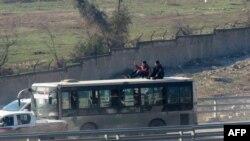 Автобус везет эвакуированных из шиитских сел Фоуа и Кефрайя в Сирии. 19 декабря 2016 года.