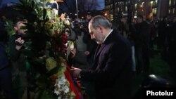 Премьер-министр Никол Пашинян во время помятных мероприятий в связи с 11-й годовщиной событий 1 марта 2008 года, Ереван, 1 марта 2019 г.