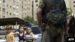 По словам Мазура, чеченцы несли России больше бед, чем российские военные - жителям Чечни. Фото: российские солдаты патрулируют улицы Грозного, 27 августа 2003 г.