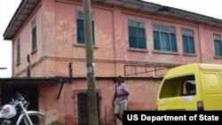 Здание в Аккре, Гана, над которым по понедельникам, вторникам и пятницам мошенники поднимали американский флаг