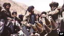 آرشیف، جنگجویان گروه طالبان در نزدیکی های کابل. Oct. 3, 1996