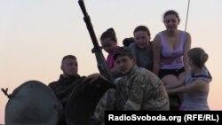 Хористки из Изюма после выступления перед украинскими солдатами