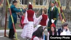 Оқушылар Қозы Көрпеш - Баян Сұлу - ғашықтар күнін атап өтті. Семей, 17 сәуір 2012 жыл.