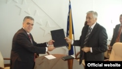 Dimitris Kourkoulas uručuje Nikoli Špiriću izvještaj o BiH