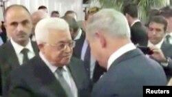 بنیامین نتانیاهو نخستوزیر اسرائیل و محمود عباس رئیس تشکیلات خودگران فلسطینی در مراسم خاکسپاری شیمون پرز