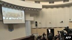 Журналистер Киевтің апелляциялық сотында өтіп жатқан Юлия Тимошенконың шағымына қатысты тыңдауды экран арқылы көріп отыр. Украина, 1 желтоқсан 2011 жыл.