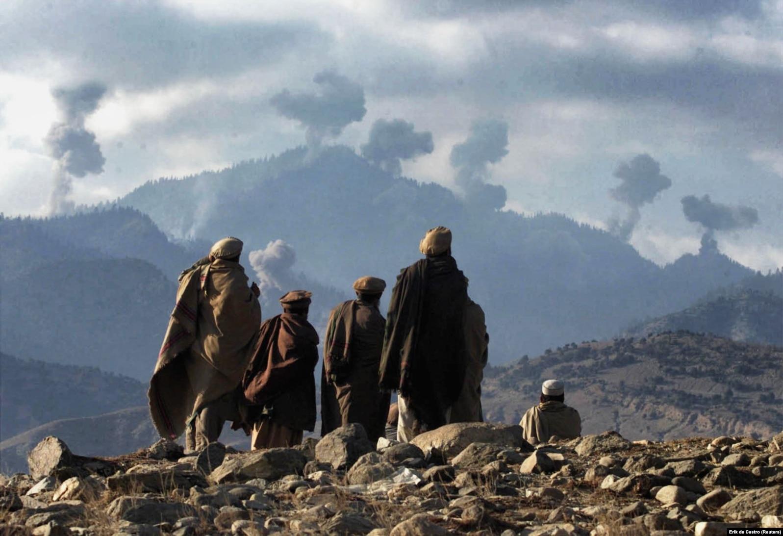 Afganistanski borci protiv talibana gledaju eksplozije nastale nakon što su SAD bombardovale Tora Bora špilje gdje se, kako navode, skrivao Bin Laden, 16. decembar 2001.