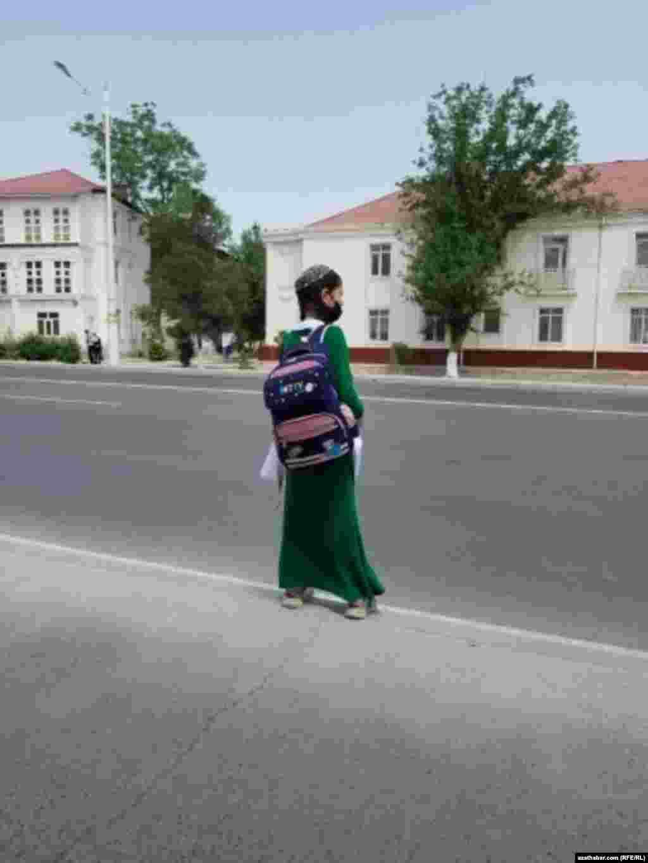 Okuwçy gyz. Aşgabat, aprel, 2021.