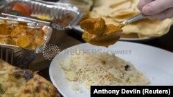 Традиционално индиско јадење со ориз.