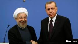 الرئيسان التركي رجب طيب أردوغان والإيراني حسن روحاني يتصافحان في أنقرة