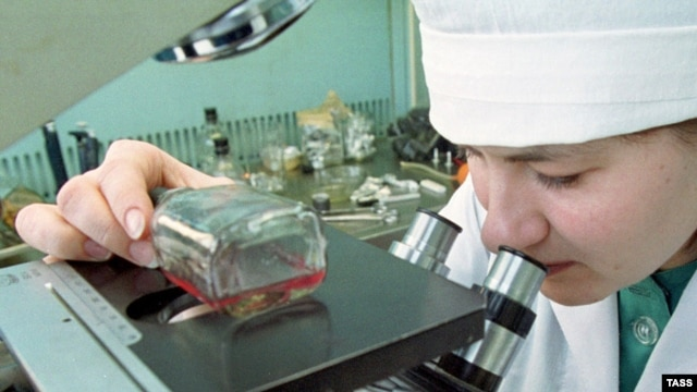 A Russian researcher examines a sample of measles at a state research center in Koltsovo. (file photo)