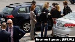 Иван Гешев (долу вляво) присъства на ареста на Иванчева (между колите в гръб) на 17 април 2018 г.