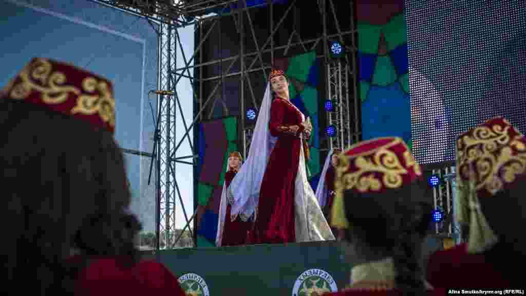 Один из танцевальных коллективов Крыма на сцене