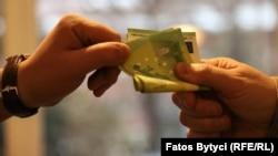 Mita pentru oficiali ai statului: o problemă întâlnită în cele mai multe dintre țările din Balcani