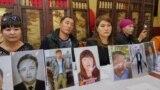 Казахи родом из Синьцзяна с портретами своих близких, которые, как они рассказывают, оказались под стражей в Китае. Алматы, 14 сентября 2018 года.