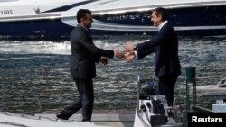 Грчкиот премиер Алексис Ципрас го пречекува премиерот Зоран Заев во Псерадес