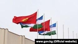 Кыргызстандын жана Өзбекстандын мамлекеттик туулары.
