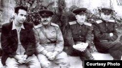 Слева направо - Гейдар Алиев, Мустафа Мустафаев - начальник отдела, где работал Г.Алиев. Фото из личного архива М.Мустафаева (1910-1994), первая половина 50-х годов.