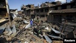 Непальські військовослужбовці проводять обшуки серед уламків будинків після землетрусу. Бхактапур, Непал, 27 квітня 2015 року