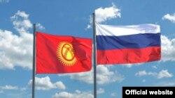 Государственный флаг Кыргызстана (слева) и государственный флаг России. Иллюстративное фото.