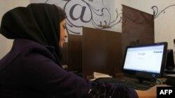 Тегерандағы интернет-кафеде отырған әйел. Иран, 24 қаңтар 2011 жыл. (Көрнекі сурет)