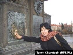Италияда жашаган кыргызстандык Гүлнара Арыкбаева Прагадагы Карл көпүрөсүндө. 16-ноябрь, 2008-жыл.