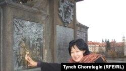 """Гүлнара Арыкбаева, Италиянын Неапол шаарындагы """"Манас"""" маданий жамаатынын (ассоциациясынын) жетекчиси, Прага шаарындагы Карл көпүрөсүндө. 2008-жылдын 16-ноябры. ТЧ. """"Азаттык"""" үналгысы."""