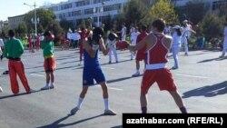 """Türkmenabat şäherinde geçirilen """"Saglyk hepdeligi"""" döwründe ýaşlar sport maşyklaryny ýerine ýetirýärler."""