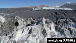 Пустая порода на леднике. Рудник Кумтор.