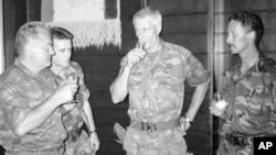 Холандски војници со Ратко Младиќ кај Сребреница јули 1995