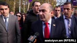 Лидер партии «Просвещенная Армения» Эдмон Марукян в ходе предвыборной кампании в Эчмиадзине, 28 ноября 2018 г.