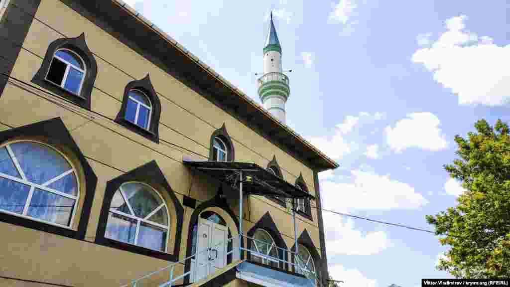 Мечеть у Красногвардійському почали будувати в 90-х роках поруч із місцем компактного проживання кримських татар. Після розпаду СРСР корінні жителі півострова, виселені в травні 1944 року радянською владою, стали масово повертатися на батьківщину
