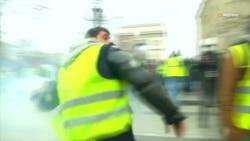 Відео сутичок у Парижі: спалені машини, сльозогінний газ, десятки поранених