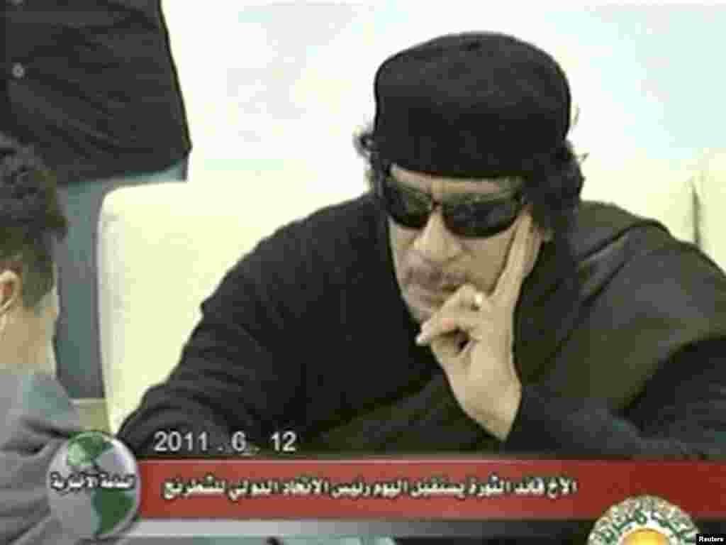 Триполи, июнь 2011 ел. Каддафи Кирсан Илюмжинов белән шахмат уйный