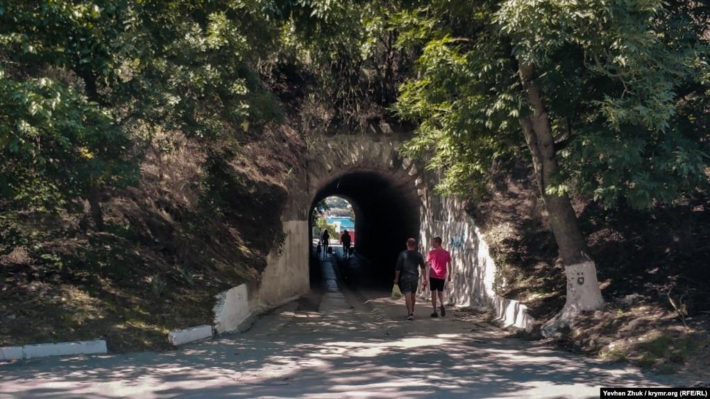 Путь на пляж «Ушакова балка» идет через тоннель, проложенный под железнодорожной насыпью