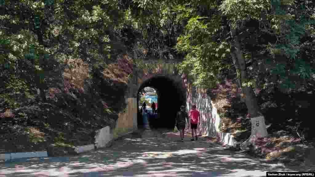 Шлях на пляж «Ушакова балка» йде через тунель, прокладений під залізничним насипом