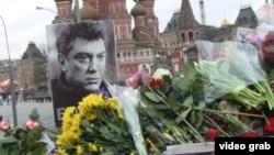Цветы и портрет российского оппозиционного политика Бориса Немцова на месте его убийства. Москва, 27 февраля 2015 года.