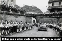 Дети аплодируют кортежу Чаушеску в городе Сибиу, 1967 год.
